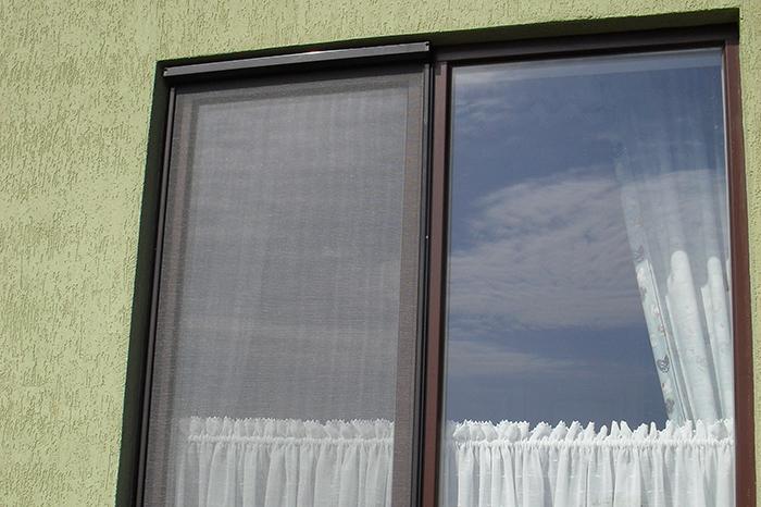 Москитные сетки в коробе на окна