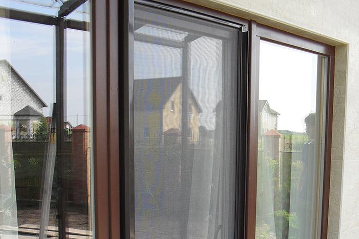 Москитные сетки в коробе на дверь